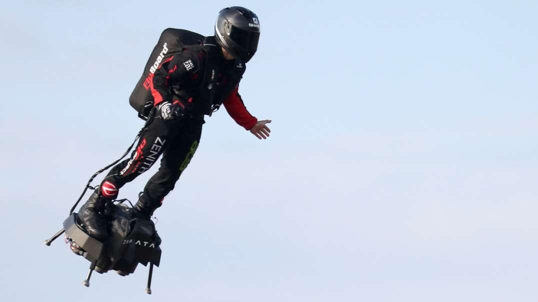 یک فرانسوی با موفقیت از کانال انگلیسی با یک هوانورد عبور می کند