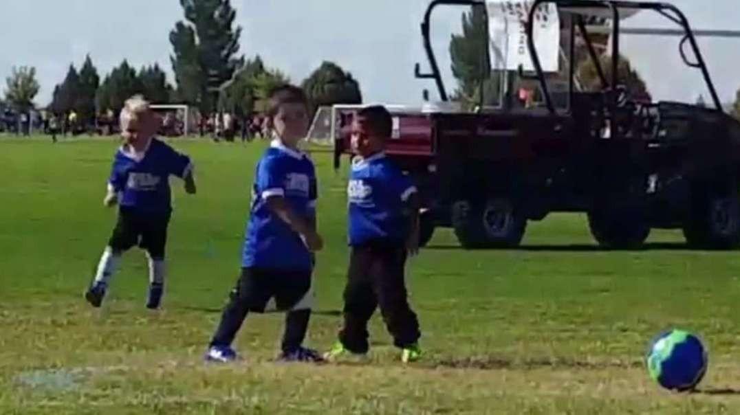 رقص خنده دار پسر بچه در بازی فوتبال